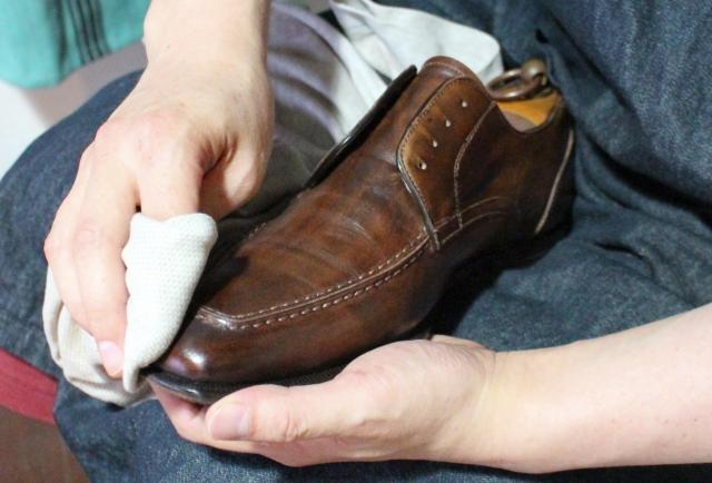 革靴の手入れに水拭きがいいってホント?こうすれば臭いも解決!