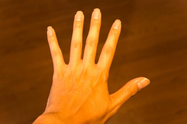 なにこの黒い点?指毛ケア後に現れる指の毛穴の黒い点の簡単対処法