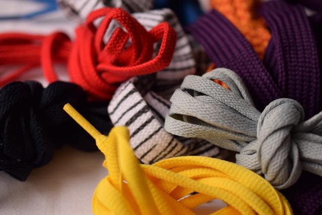 転ぶと大変!靴紐が長い時は切って対処?結び方や簡単な調整方法は?